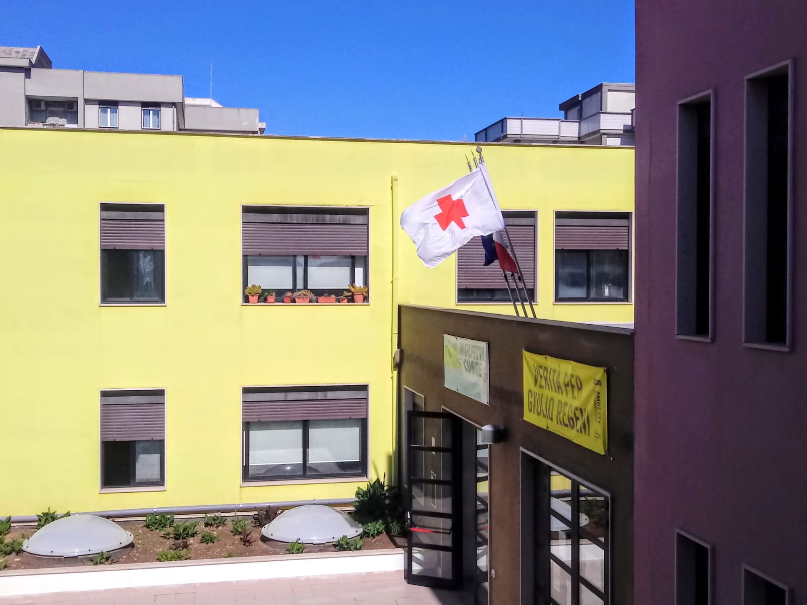 Città di Molfetta - La Bandiera della Croce Rossa sventola sulla sede  comunale di Lama Scotella